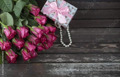 14-lutego-slub-perly-pudelko-roza-grono-dzien-lato-stol-wiosna-drewniany-kwiat-tlo-romantyczny-kwiat-piekny-drewno-przestrzen-rozowy-bukiet-kwiatowy
