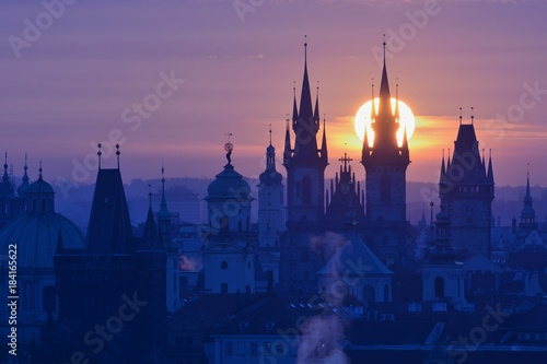 Tuinposter Praag Sun disk behind spire of the Prague Church of Our Lady before Tyn