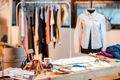 Fashion designer working place with tailoring tools and drawings on the table Fototapet