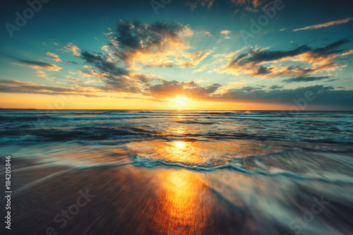 Poster de jardin Mer coucher du soleil Beautiful sunrise over the sea