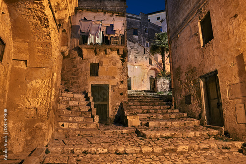 In de dag Smal steegje Matera, Basilicata, Italy: alley at night in the old town
