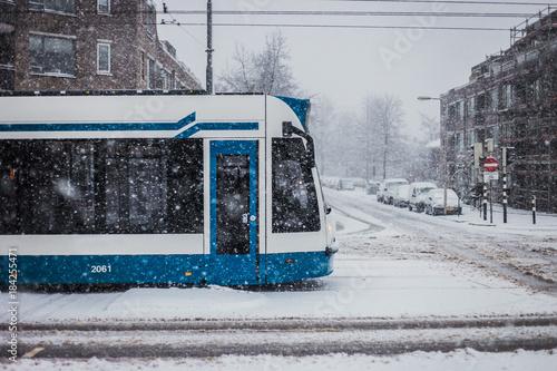 Zdjęcie XXL Tramwaj w Amsterdamie na śnieżnym dniu