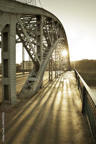 most-miedzy-kazimierzem-i-podgorzem-w-krakowie-polska
