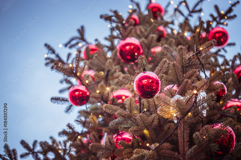 Moderne Christbaumkugeln.Rote Christbaumkugeln Auf Christbaum Weihnachtsbaum Weihnachtsmarkt