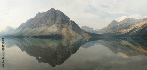 Cadres-photo bureau Reflexion Panorama of the Mountains Reflected in Bow Lake Alberta, Canada