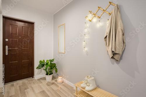 Fotografía  Entryway with gray walls