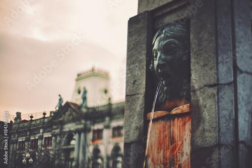 Dark moody true tilt-shift view of fountain in the center of Porto, Portugal wit Fototapet