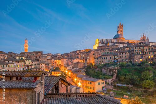 Foto auf Leinwand Toskana Downtown Siena skyline in Italy