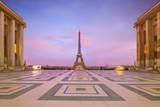 Fototapeta Fototapety z wieżą Eiffla - Eiffel Tower at sunrise from Trocadero Fountains in Paris