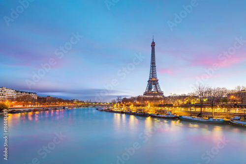 Fotobehang Parijs The Eiffel Tower and river Seine at twilight in Paris