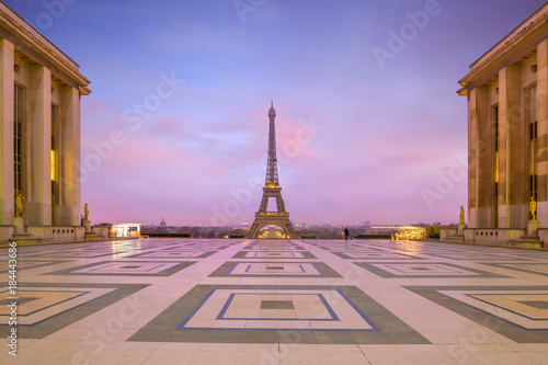Spoed Foto op Canvas Parijs Eiffel Tower at sunrise from Trocadero Fountains in Paris