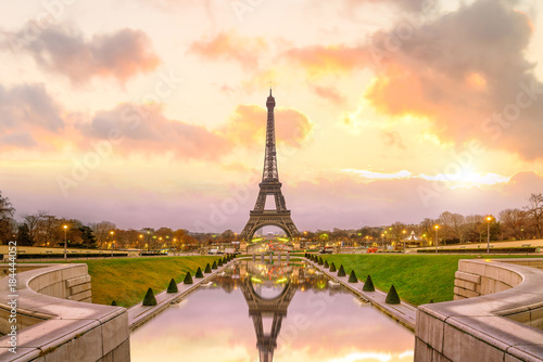 Ingelijste posters Eiffeltoren Eiffel Tower at sunrise from Trocadero Fountains in Paris