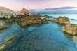 Blick am Abend über Felsen im Meer