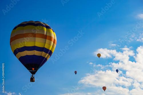 空に浮かぶ大小の熱気球 青空背景