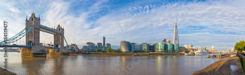 Photo Stands London London - The panorama with the Tower bridge Town hall and riverside in the morning light.