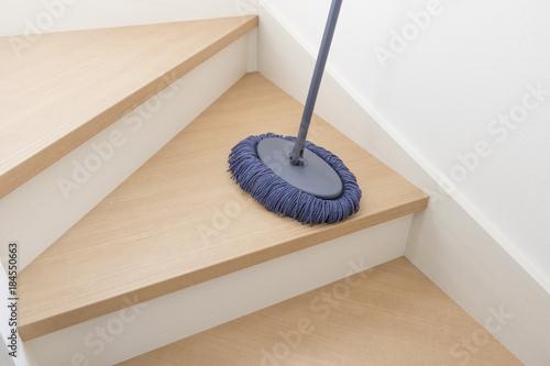 Foto op Canvas Trappen 新築住宅の階段 掃除