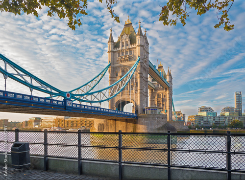 Foto  London - The Tower Bridge und Thames Riverside im Morgenlicht.