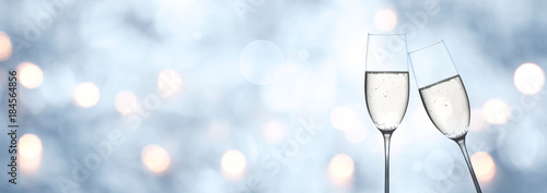 Photo  Abstract blue winter background with champagne and bokeh