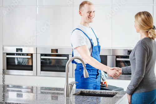 Fotografía  Woman is grateful to plumber