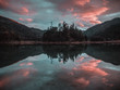 Sonnenuntergang an einem ruhigen Bergsee in den Alpen