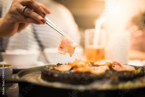 In de dag Buffet, Bar Bacon on the pan.