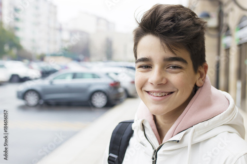 Photo portrait of young teenager on city street