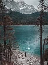 Mann Vor Großem See Und Berge...