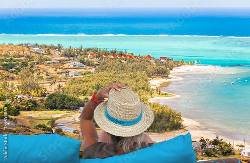 Fototapety, obrazy: femme au chapeau contemplant Port Sud-Est et la plage de Mourouk, île Rodrigues, Maurice