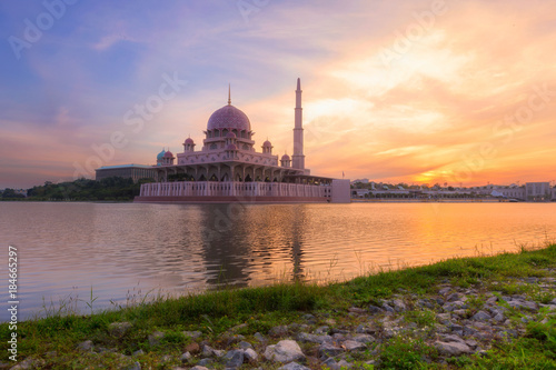 Fényképezés Putra Mosque at morning the famous mosque of Putrajaya, Malaysia