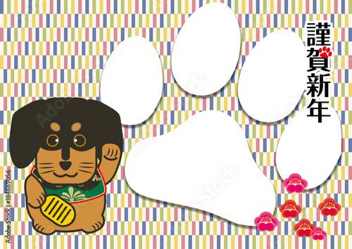 Fotografia  年賀状素材|招き犬(招き猫)と変わり市松模様の和風背景のデザイン|犬張子(ミニチュアダックスフンド)