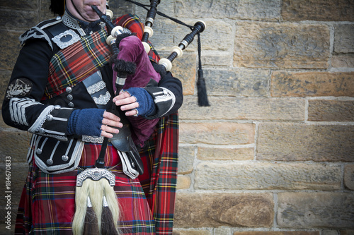 Photo Playing the bagpipes on streets of Edinburgh