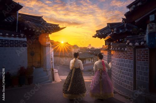 Fotografía  Asian lady in Hanbok dress walk togather in Korea old city
