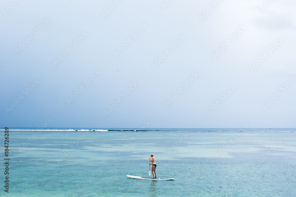 stand up paddle board couple paddleboarding foto poster wandbilder bei europosters