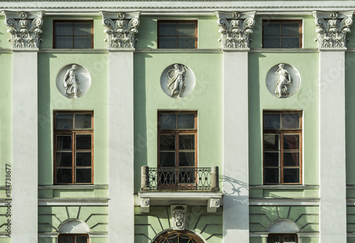Papiers peints Con. Antique The facade of a historic building with pillars and decorated with bas-reliefs in St. Petersburg