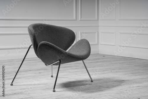 Nowoczesne krzesło na tle białej ściany