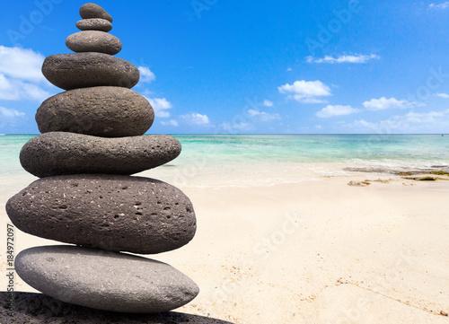Photo sur Plexiglas Zen pierres a sable galets superposés zen sur fond de plage mauricienne