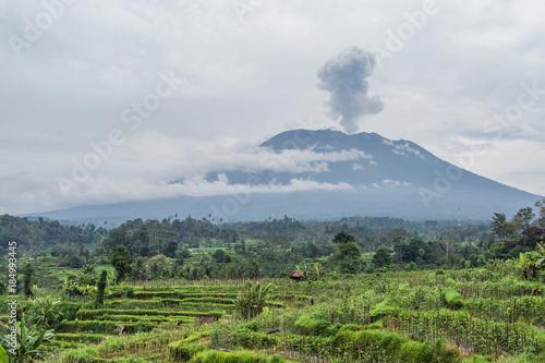 Autocollant pour porte Volcan Agung volcano eruption view near rice fields, Bali, Indonesia