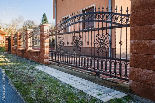 Obraz Iron fence with iron gate - fototapety do salonu