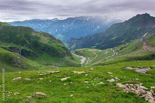 Fotografía  View from Rohtang pass at beautiful green valley, Himachal Pradesh, India