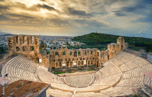 Poster Athenes The theater of Herodion Atticus under the ruins of Acropolis, Athens, Greece.
