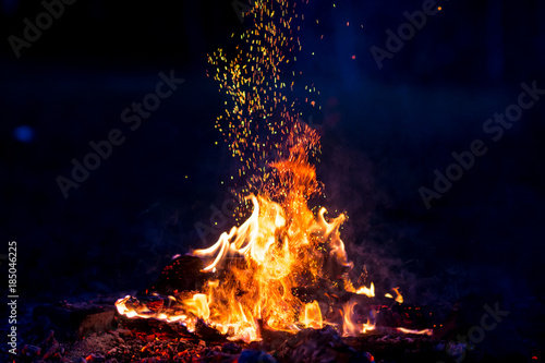 Photo Burning wood at night