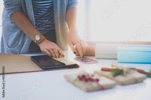 Poster Montagne Hands of woman decorating christmas gift box. Hands of woman