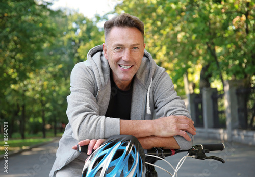 Fotografía  Mature sporty man with bicycle outdoors