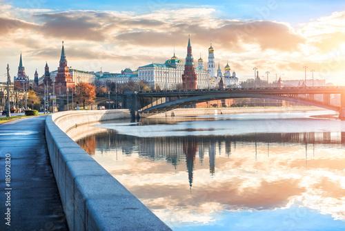 Раннее солнечное утро у Московского Кремля  и Москва-река early sunny  morning a плакат