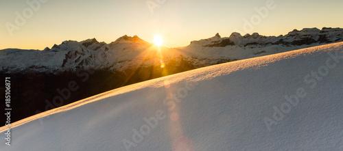 Photo  Beautiful sunrise in snowy mountain landscape