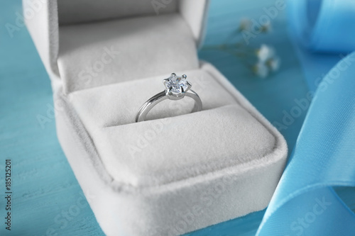 Box with luxury engagement ring on color background, closeup Canvas-taulu