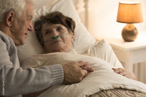 Photo Elderly man supporting sick wife
