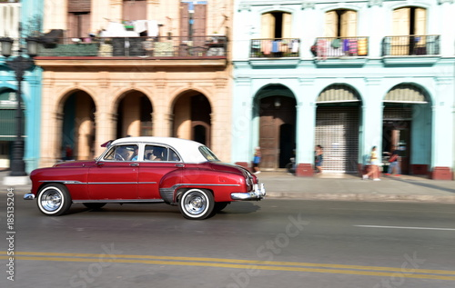 Photo  Panning shot of American vintage car travelling in Paseo de Marti, Old Havana, C
