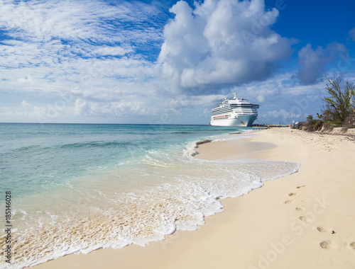 Foto op Plexiglas Caraïben A cruise ship docks in Grand Turk with waves and sand in the foreground.