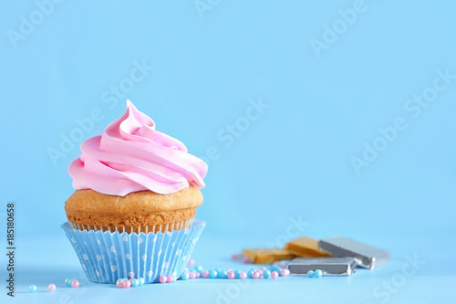 Photo  Delicious cupcake on color background